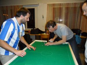 Szene aus dem Finalspiel. Roman Müller (links) wird gegen Lukas Meier sogleich zu einem Torschuss ansetzen.