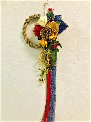高級なアートフラワー、エレガントな蘭や菊、椿、南天などを使い、豪華に水引を使用した20×70cmのスリムでエレガントなデザインです。エレガントでお洒落なしめ縄でお正月を迎えませんか?