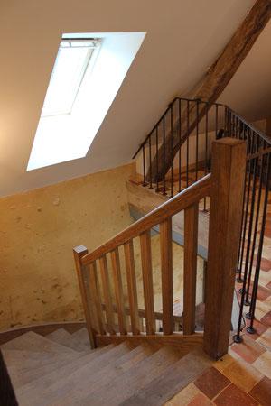 Escalier chêne massif et balustrade avec main courante et barreaux en acier vieilli (image)