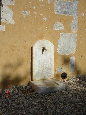 Intégration d'une fontaine en pierres taillées neuves et patinées (photo)