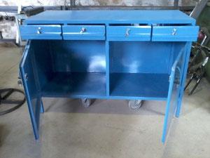 mesa equipada con cajones y puertas con cerraduras