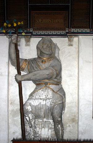 Statue du saint géant dans l'église de la commune