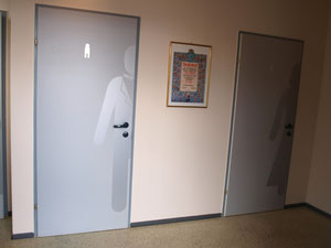 WC Türen mit Sandstrahl Effekt Folie beklebt.