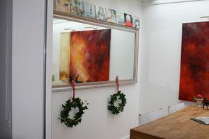 Wohnraum mit Bildern von Gabriele Sättler-Döppner (abstrakt) und Werner Döppner (auf dem Spiegel)