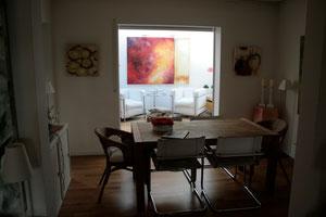 Wohnraum mit Bildern von Gabriele Sättler-Döppner