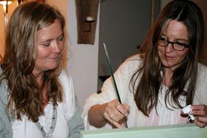 Gabriele Sättler-Döppner (rechts) signiert eine Arbeit für Marlies Piechotka (links, Crea Time)