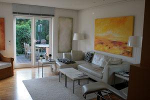 Wohnraum mit Bildern von Werner Döppner (rechts) und Gabriele Sättler-Döppner