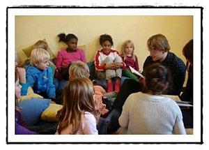 Alex liest in der Grundschule