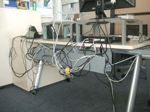 Kabelgewirr an einem typischen Büroarbeitsplatz