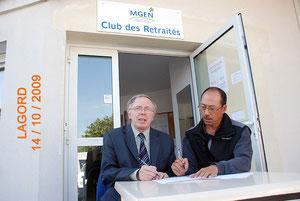 C. Delcourte et A. M ieze signant la convention MGEN - 2FOPEN le 14-10-200