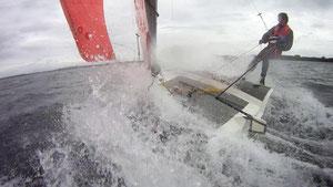 Joachim Harpprechts Lightskiff wird von David Schafft auf dem Selenter See getestet