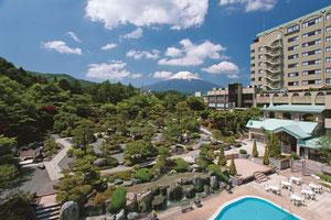 富士山を望む見事な景色と、優美な2万5千坪の日本庭園により各旅行サイトなどで高l評価を獲得する人気宿、富士山温泉・ホテル鐘山苑。