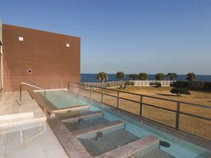 目の前に海と空が広がるSPASSOの眺望露天風呂。