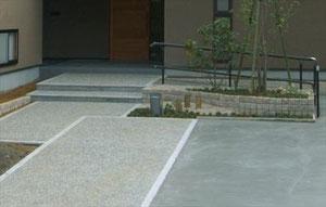 緩やかな階段とスロープのあるアプローチ
