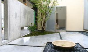 水の流れ出る水盤をもつ中庭