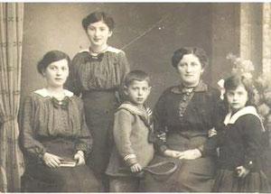 Grete Johanna (links) mit Schwester Hedwig (Hete), Bruder Kurt, Mutter Johanna und Schwester Gertrud (Foto: Privatbesitz Ute Siegeler)