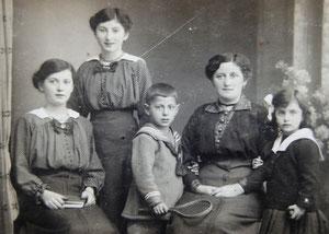 Kurt (Mitte) mit (von links nach rechts): Schwester Grete Johanna, Schwester Hedwig (Hete), Mutter Johanna und Schwester Gertrud (Foto: Privatbesitz Ute Siegeler)