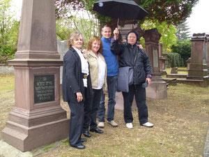 Ute, Ana, Jens und Gerardo auf dem jüdischen Friedhof (Foto: André Siegeler)