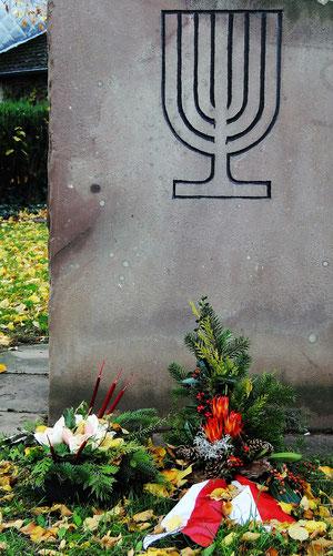 ... vor dem Gedenkstein - seit Jahrzehnten fertigt Roswitha Meier ein Tannengesteck (links) zum Jahrestag der Pogromnacht - nach recht kurzer Zeit ist es leider meist zerstört oder gestohlen (Foto: Jens Meier, 12. November 2018)