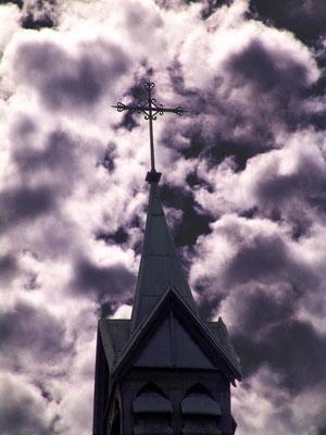 Petite croix de clocher dans un ciel tourmenté, rue Daire à Amiens