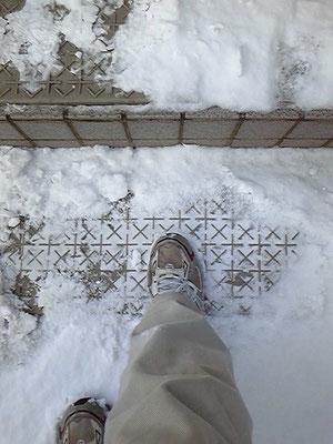 階段氷割る滑り止めマット ばりばり君