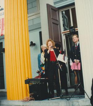 Ans Van Berkum pendant les discours ouvrant une nouvelle exposition