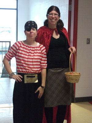 Madame Andréanne en grand chaperon rouge et madame Nadine en pirate des Caraïbes!