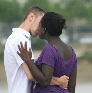 Jeune couple s'embrassant, non loin du miroir d'eau, Bordeaux