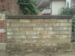 Alte Mauern werden neu gesetzt.