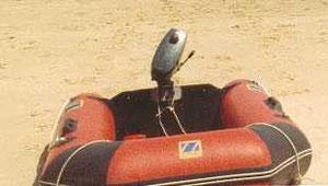 Pour débarquer: l'annexe et son moteur.