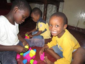 Die Kinder freuen sich über die gespendeten Legos.