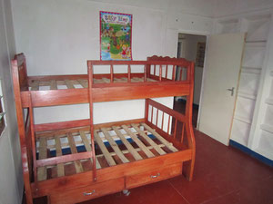 November 2010: Umzug in das neue Haus. Ein eigenes Zimmer für die Mädchen - mit neuen Betten.