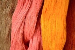 天然染料で染色された手紬糸