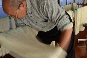 伝統工芸士 岩田大 糸たたきををしています
