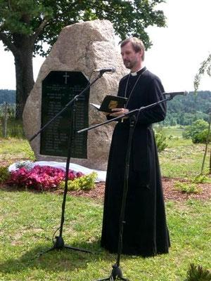 Einweihung des Mahnmals auf dem Bergfriedhof in Tuckum durch Erzbischof Janis Vanags.