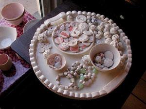 Auch Schmuck entsteht in der Porzellan-Werkstatt von Laura Sebestyén. Fotos: Ursula Konder