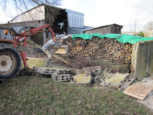 Die grossen Teile müssen von Hand verkleinert werden. Anschliessend muss das Brennholz auch noch weg.