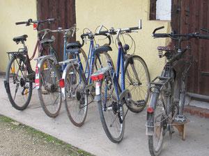Die Fahrräder stehen repariert bereit.