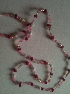 Lange Perlenkette mit Filz / 12 €