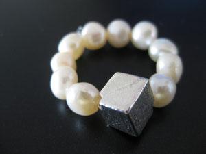 Ring aus Süßwasserperlen und Silberwürfel / 9 €