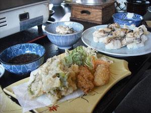 牡蠣の天ぷらとフライ、奥は牡蠣の握りずし