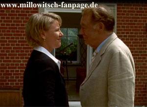 Martin Malek besucht Marie zu Hause und fragt sie nach Geld. Marie gibt es ihm.