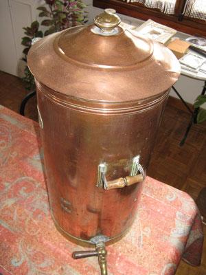 Le Saccarolyseur, appareil permetant la fabrication à froid en officine du sirop simple, base de tous les sirops. Breveté SGDG, en cuivre étamé.