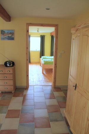 Eingangsbereich mit Blick auf das Schlafzimmer mit Doppelbett