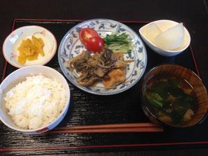 9/4 わかめと大根のみそ汁、秋鮭とキノコの生姜醤油炒め、水菜のお浸し、プチトマト、マークの家の最高級梨、つけもの