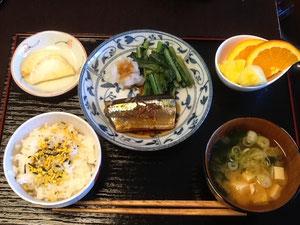 9/27 わかめと豆腐の味噌汁、さんまの生姜煮、小松菜のごま油炒め、大根おろし、ふりかけごはん、たくあん、オレンジ&パイナップル