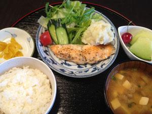 6/7 しめじと豆腐のみそ汁、サーモンムニエル、マッシュポテト、グリーンサラダ、つけもの、メロン+アメリカンチェリー