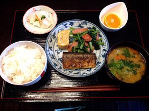 10/9 白菜と人参と万能ねぎの味噌汁、秋刀魚のカレー塩焼き、厚焼き玉子、小松菜とソーセージ炒め、つけもの、みかん
