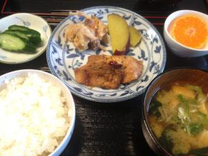 7/5 わかめと豆腐のみそ汁、鶏肉の醤油煮、さつまいも煮、ちくわと生姜のてんぷら、つけもの、みかん