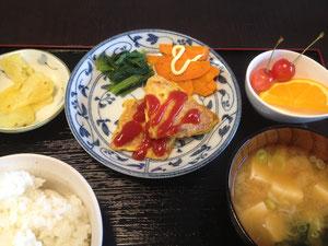 6/28 ワカメと豆腐の味噌汁、カジキのカレーピカタ、小松菜炒め、にんじんの黒胡椒炒め、つけもの、さくらんぼ+オレンジ